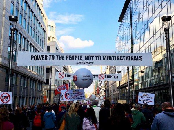 Demonstranter på vej gennem Bruxelles' gader i protest mod TTIP og CETA. Foto: Ditte Marie Gyldenberg Ovesen.