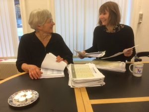 Hanne Micheelsen og Mille Simonsen forbereder her de over 14.000 underskrifter.